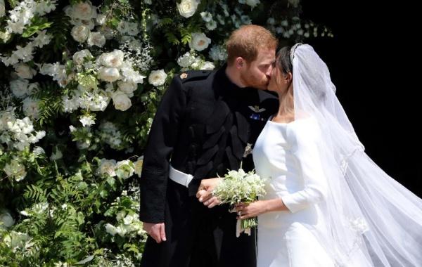 Chú rể hôn cô dâu trước hàng nghìn người chúc mừng. Ảnh: AFP.