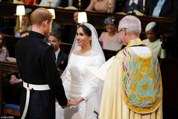 Cô dâu và chú rể nắm tay trong hôn lễ. Ảnh: Reuters.