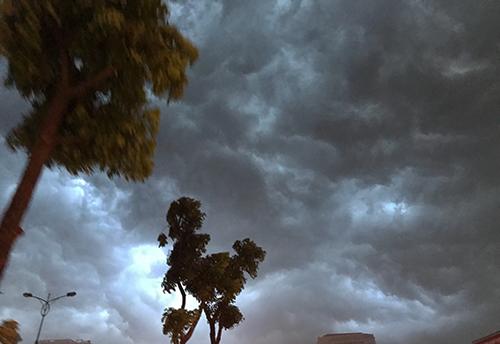 Tối qua, mây giông kéo đến đen kịt trên bầu trời Hà Nội. Ảnh: Dương Tâm