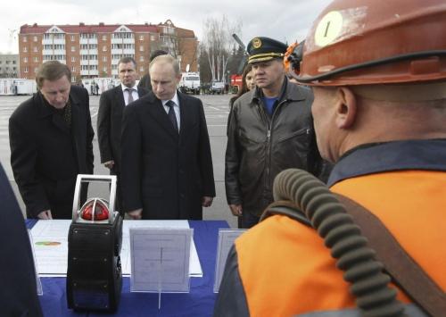 Ông Zinichev, thứ hai từ trái sang, trong một sự kiện có Tổng thống Nga Putin tham dự hồi 2010. Ảnh: Reuters.