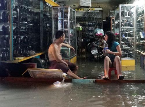 Nước tràn vào nhà dân trong cơn mưa lớn. Ảnh: Sơn Hoà.