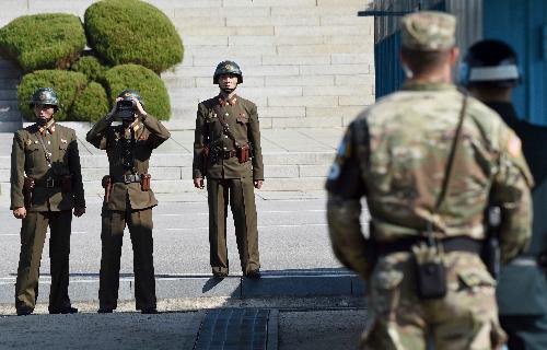 Lính Triều Tiên tại biên giới nhìn sang phía Hàn Quốc tháng 10/2017. Ảnh: AP.