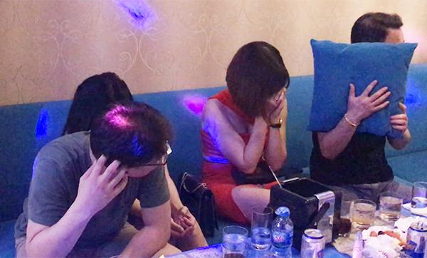 Nhóm tiếp viên ngồi với khách Hàn Quốc. Ảnh: Quốc Thắng.