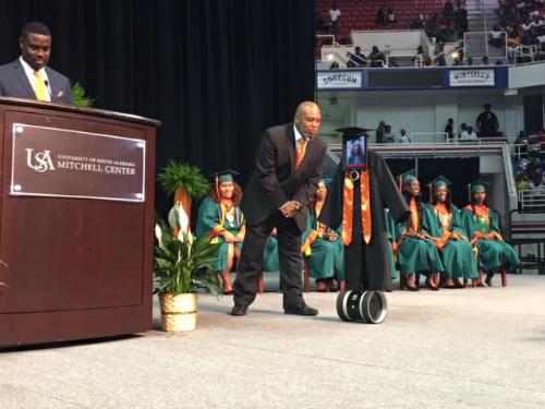 Robot thay mặt Pettway trên sân khấu lễ tốt nghiệp. Ảnh: Mobile County Puplic Schools