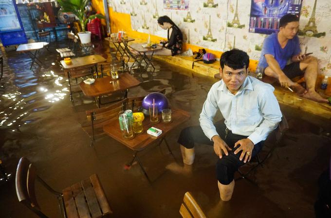 Nước ngập lút bánh xe sau mưa lớn ở Sài Gòn