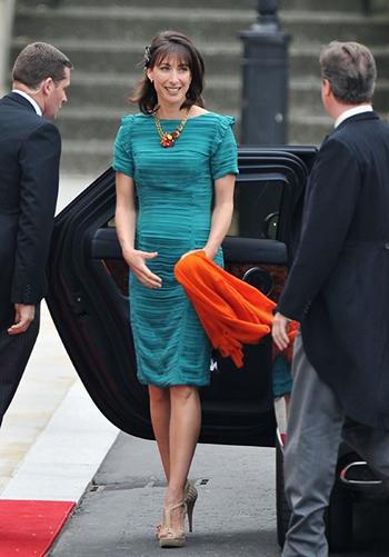 Samantha Cameron không đội mũ khi dự đám cưới của Hoàng tử William năm 2011. Ảnh: Hello Fashion.