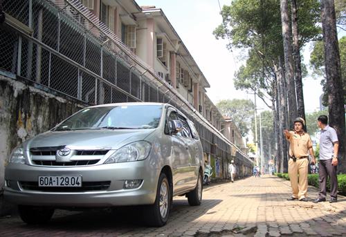 Một ôtô vắng chủ đậu vỉa hè đường Nguyễn Thị Minh Khai. Ảnh: Duy Trần
