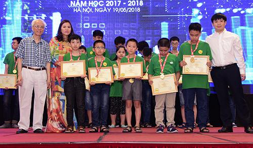Ban tổ chức trao giải vàng cho học sinh xuất sắc miền Bắc.
