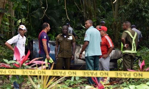 Nhân viên cứu hộ tại hiện trường vụ rơi máy bay. Ảnh: AFP.