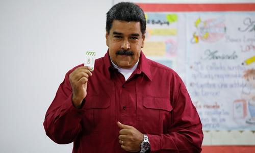 Tổng thống VenezuelaNicolas Maduro đi bầu tạiCaracas. Ảnh: Reuters.