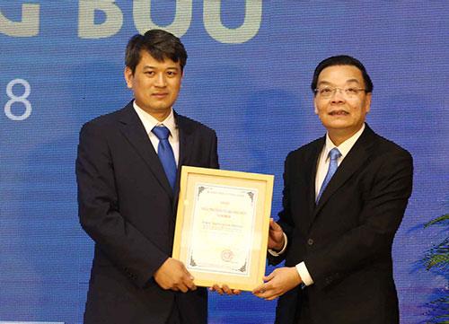 Bộ trưởng Chu Ngọc Anh tặng giải chính GiảithưởngTạ Quang Bửu 2018 cho TS Trần Đình Phong. Ảnh: Anh Tuấn.