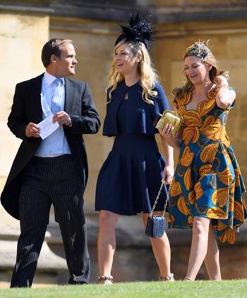 Chelsy Davy (giữa) tươi cười khi vào nhà nguyện ở lâu đài Windsor trước buổi lễ. Ảnh: Rex.