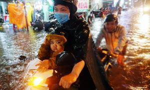 Đường phố Sài Gòn ngập thành sông sau mưa lớn