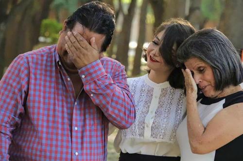 Bố mẹ nam sinh rơi nước mắt khi biết con cuối cùng đã có thể tốt nghiệp. Ảnh: Hanss Mujica