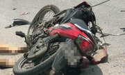 Xe máy kẹp ba đâm trực diện xe tải khiến hai người chết