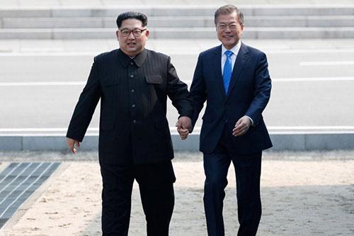 Kim Jong-un và Tổng thống Hàn Quốc Moon Jae-in (phải) gặp nhau ở Panmunjom hôm 27/4. Ảnh: Reuters.