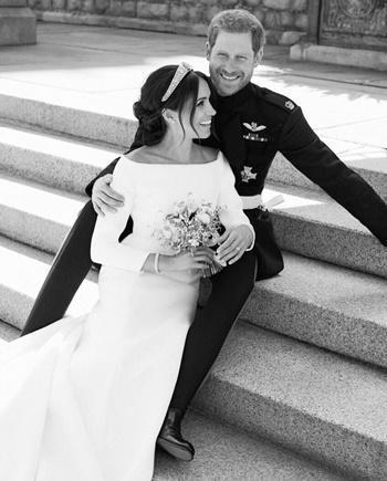 Hoàng tử Harry và vợ trong khuôn viên bãi cỏ phía đông lâu đàu Windsor. Ảnh: Kensington Palace.