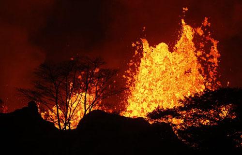 Dung nham phun trào bên trong khu vực Leilani Estates. Ảnh:Honolulu Star-Advertiser.