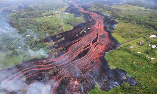 Dòng dung nham chảy từ khe nứt gần Pahoa, Hawaii. Ảnh:Cục Khảo sát Địa chất Mỹ.