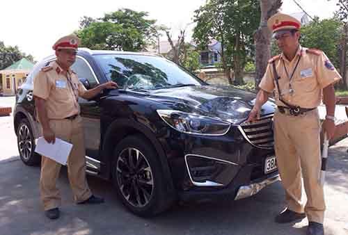 Chiếc xe gây tai nạn tại trụ sở công an huyện Hưng Nguyên.