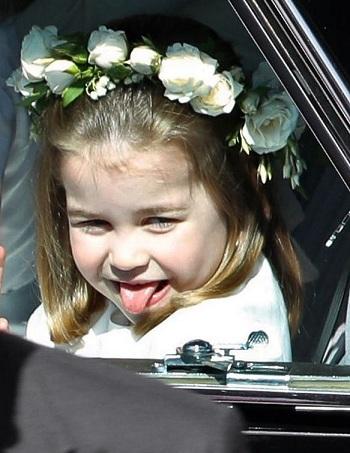 Công chúa Charlotte lè lưỡi, vẫy tay từ cửa sổ ôtô. Ảnh: Mirror.