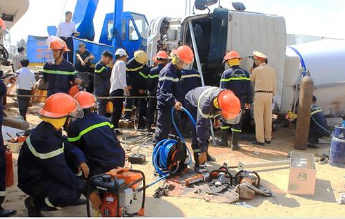 Lực lượng cứu hộ dùng máy phá cửa đưa tài xế đi cấp cứu. Ảnh: Đắc Thành.