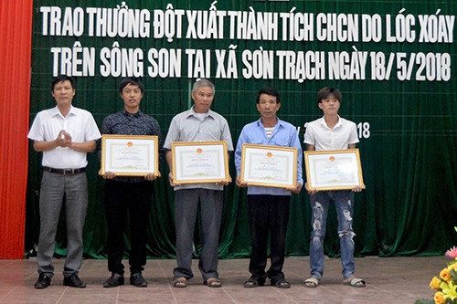 Tỉnh Quảng Bình trao thưởng cho bốn cá nhân dũng cảm cứu 21 du khách bị lật thuyền giữa sông Son. Ảnh: Quảng Hà