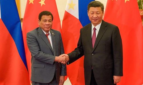 Chủ tịch Trung Quốc Tập Cận Bình (phải) và Tổng thống Philippines Rodrigo Duterte bắt tay trước hội nghị song phương Vành đai và Con đường tại Đại Lễ đường Nhân dân ở Bắc Kinh, Trung Quốc ngày 15/5/2017. Ảnh: CNBC.