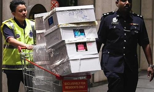 Cảnh sát thu giữ tài sản sau khi đột kích nhà ông Najib ở Kuala Lumpur. Ảnh: BBC.