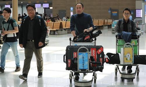 Phóng viên Hàn Quốc tại sân bay quốc tế Incheon ở Seoul trước khi lên đường sang Bắc Kinh, Trung Quốc hôm nay. Ảnh: Yonhap.