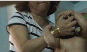 Bảo mẫu vừa đánh vừa đổ thức ăn vào miệng trẻ ở Đà Nẵng