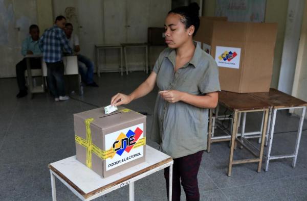 Người dân bỏ phiếu trong cuộc bầu cử ở Venezuela hôm 20/5. Ảnh: Reuters.