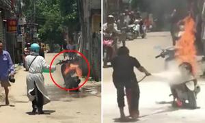 Đám đông bất lực vì không cứu được xe máy bị cháy