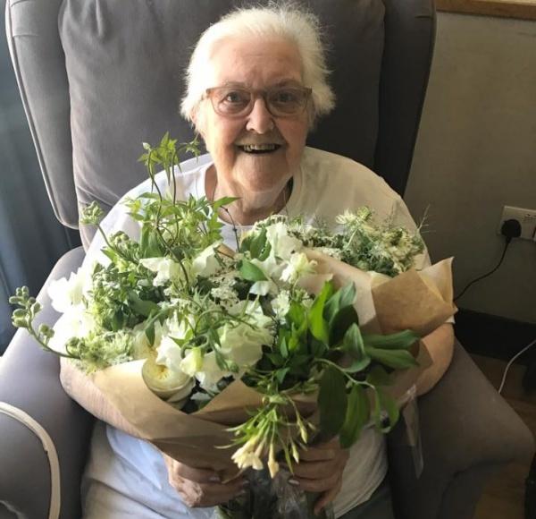 Bệnh nhân tại nhà tế bần được tặng hoa cưới. Ảnh: Facebook.