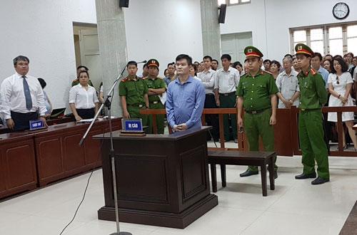 Bị cáo Phạm Thanh Hải (áo xanh, ở giữa) nghe tòa tuyên phạt án tù chung thân.