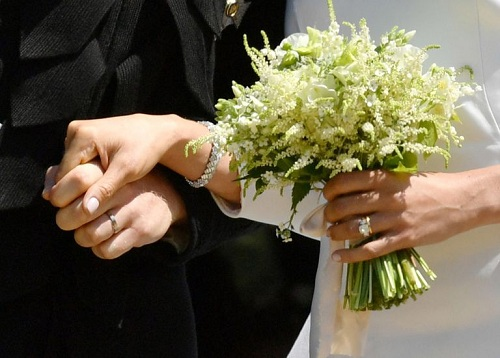 Hoàng tử Harry đeo nhẫn cưới từ bạch kim, còn nhẫn của Meghan làm từ vàng. Ảnh: AFP.