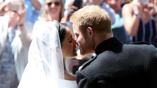 Harry và Meghan hôn nhau ở cổng nhà nguyện Thánh George. Ảnh: NBC.