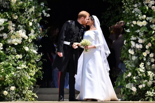 Hoàng tử Harry hôn vợ mới cưới trước nhà nguyện St George trong lâu đài Windsor. Ảnh: AFP.