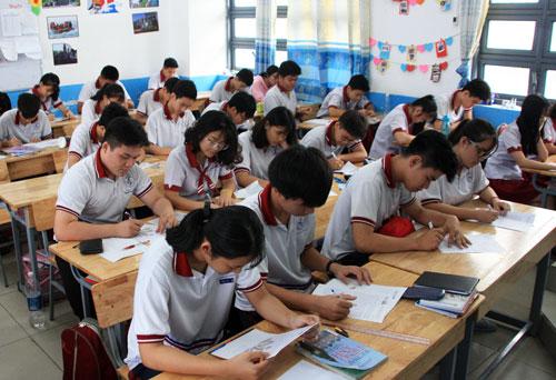Học sinh THPT Nhân Việt trong giờ viết lá thư cuối năm. Ảnh: Bùi Gia Hiếu.