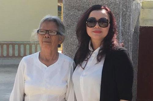 Bà Nga cùng luật sư đại diện quyền lợi có mặt tại trụ sở TAND huyện Tuần Giáo.