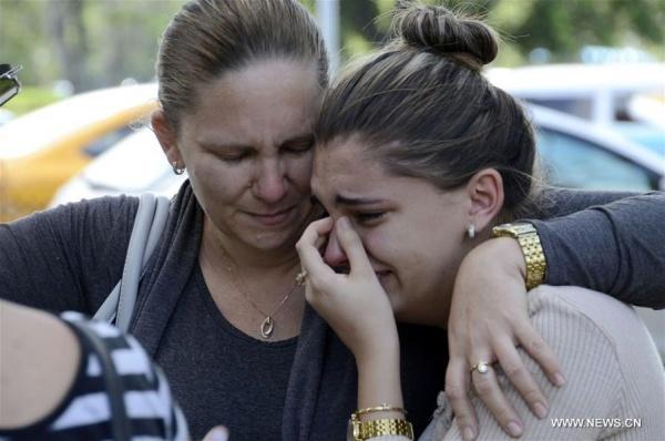 Người nhà nạn nhân máy bay rơi ở Cuba bật khóc. Ảnh: Xinhua.