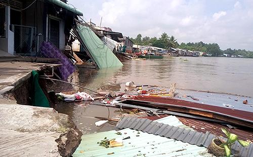 Khu vực sạt lở sáng 21/5 trên sông Ô Môn, khiến hàng chục hộ dân phải sơ tán. Ảnh: Cửu Long.
