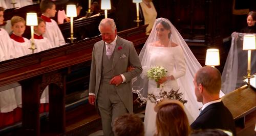 Bố chồng dắt con dâu tới chỗ Hoàng tử Harry. Ảnh: Mirror.