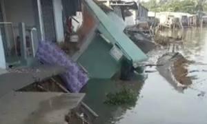 Nhiều căn nhà đổ sập xuống sông ở Cần Thơ