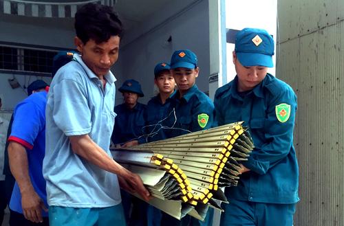 Lực lượng chức năng hỗ trợ người dân di tản tài sản. Ảnh: Cửu Long.