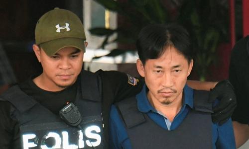 Ri Jong-chol (phải) bị cảnh sát áp giải tháng 2/2017 vì dính líu đến nghi án Kim Jong-nam. Ảnh: Reuters.