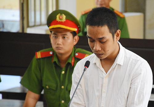 Bị cáo Lưu Văn Tiên khóc nhiều lần tại tòa. Ảnh: Đắc Thành.