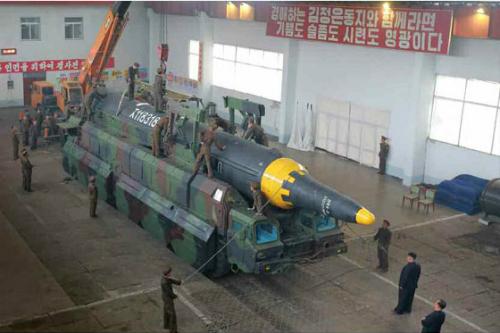 Cần cẩu được sử dụng khi Triều Tiên phóng tên lửa tháng 5/2015. Ảnh: KCNA.