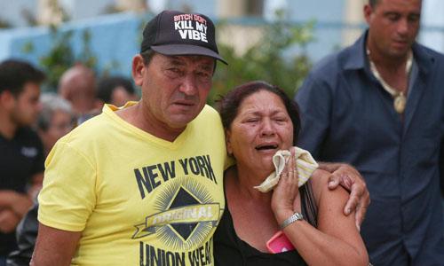 Người nhà đau đớn khi biết tin thân nhân gặp nạn trong vụ rơi máy bay. Ảnh: Reuters.