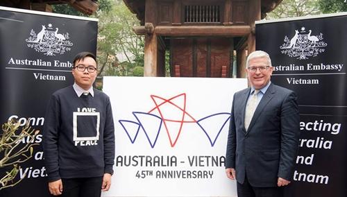 Đại sứ Australia tại Việt Nam ngài Craig Chittick chụp ảnh cùng tác giả Nguyễn Việt Hưng, người đoạt giải nhất cuộc thi thiết kế logo kỷ niệm 45 năm quan hệ ngoại giao Australia - Việt Nam.